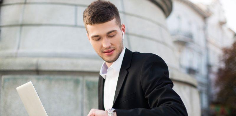 businessman kijkt naar horloge